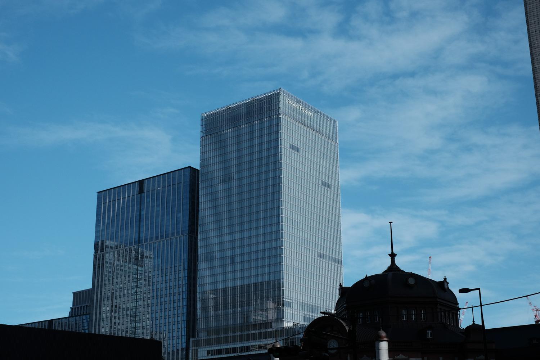 レンガ造りの東京駅はビルに囲まれる