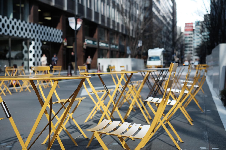 椅子が並ぶ、丸の内仲通り