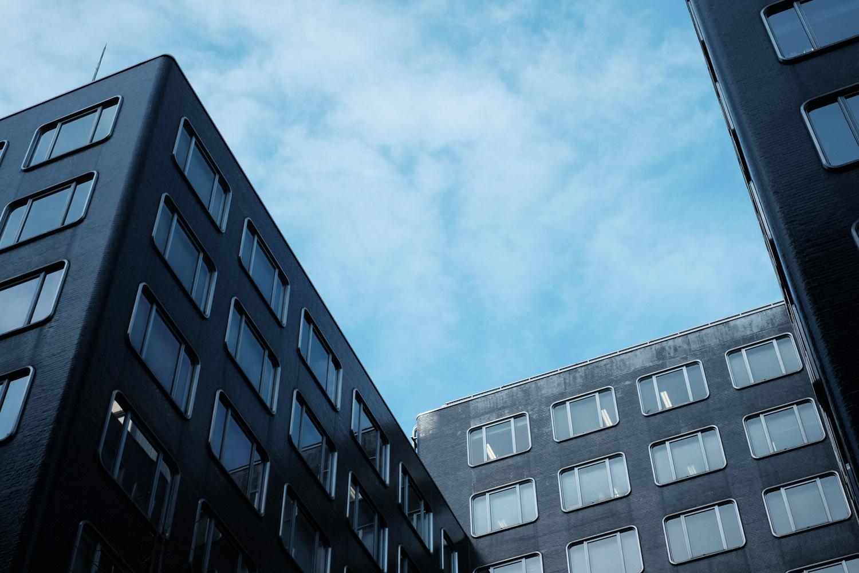窓のフレームが特徴的な、新有楽町ビル