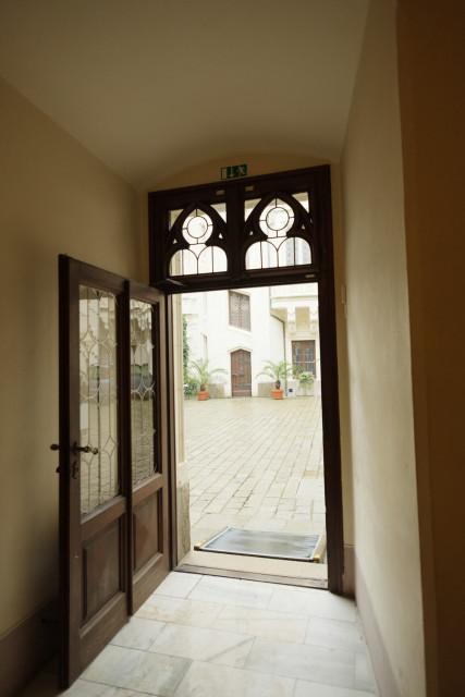 ホールから中庭へ出るドア