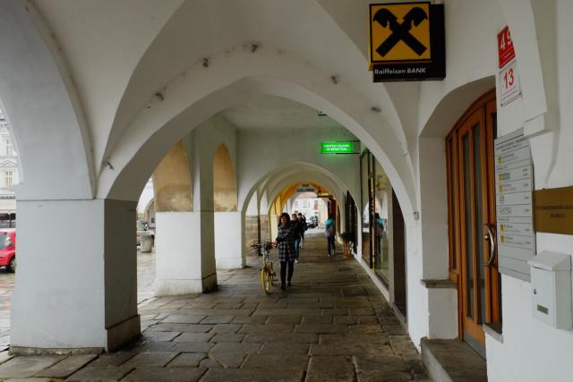 旧市街広場は、このような回廊で囲まれている
