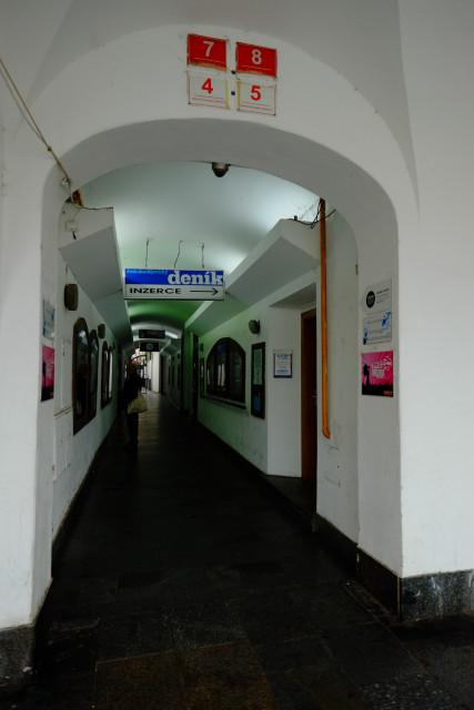 回廊から建物の下を突っ切る通路