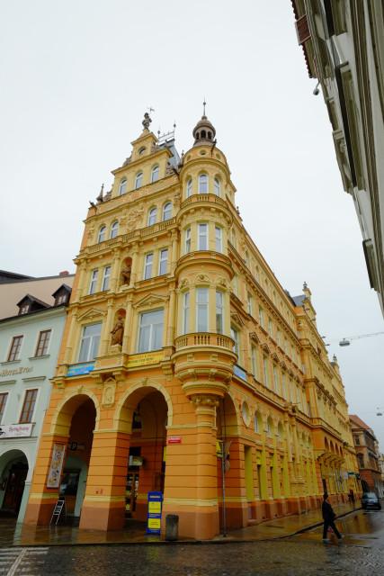 目立つ塗装の建物