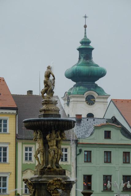 ドミニコ修道院の塔を噴水越しに