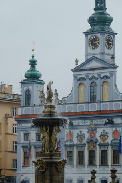 噴水越しの市庁舎