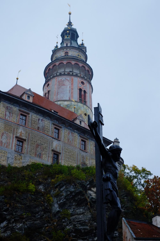 キリストの像と、チェスキー・クルムロフ城の鐘楼