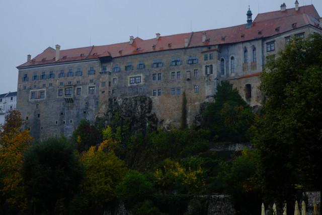 チェスキー・クルムロフ城を見上げる