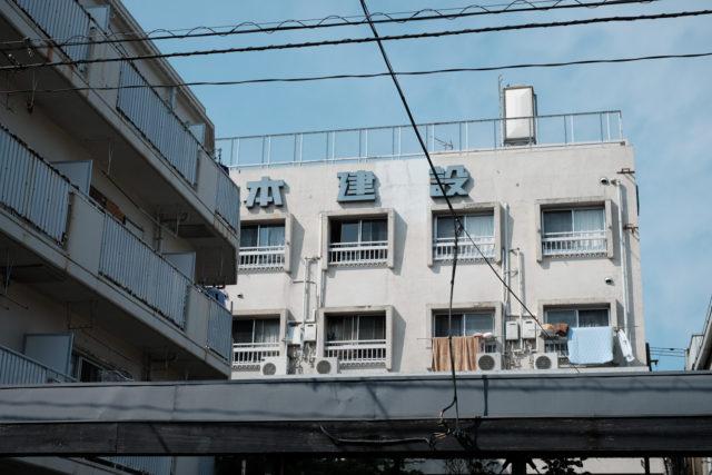 歴史を感じながら路地を進むと、ぞこぞの会社の寮であろう、なんとも味わい深い建物が見えた。