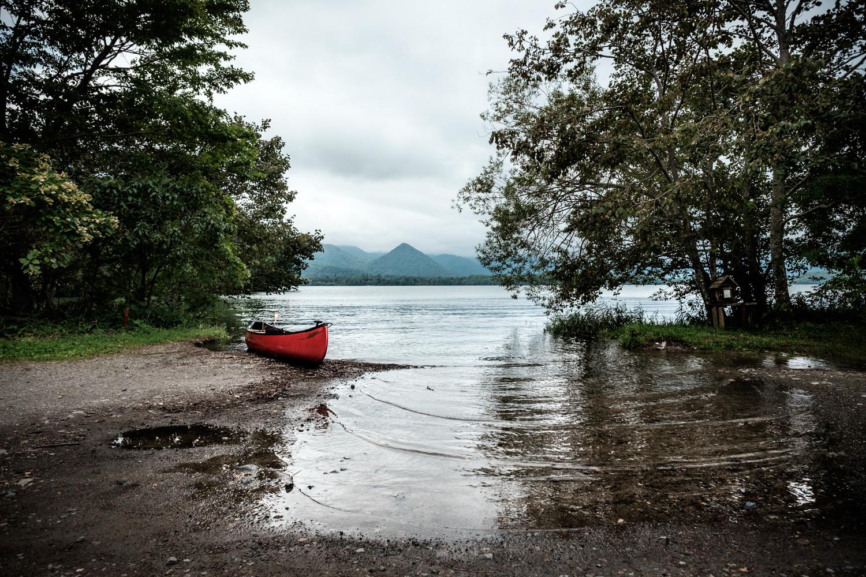 湖畔のカヌー